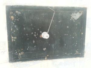 zamčený trezor ve zdi