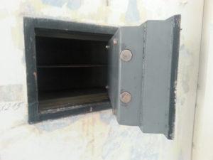 otevřený trezor ve zdi bez vrtání